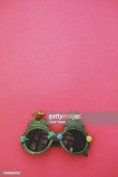 funny nerd xmas glasses in pink background.top view - accessoires stock-fotos und bilder
