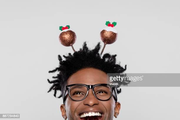 divertido retrato de hombre nerd emocionado con cinta de navidad - izusek fotografías e imágenes de stock