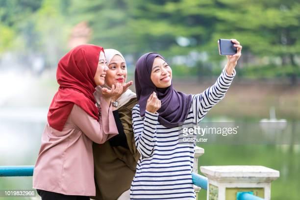 Temps de Selfie drôle avec les sœurs dans un parc