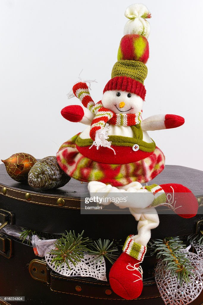 Funny snowman sits on vintage brouwn coffer with white christmas : Stock-Foto