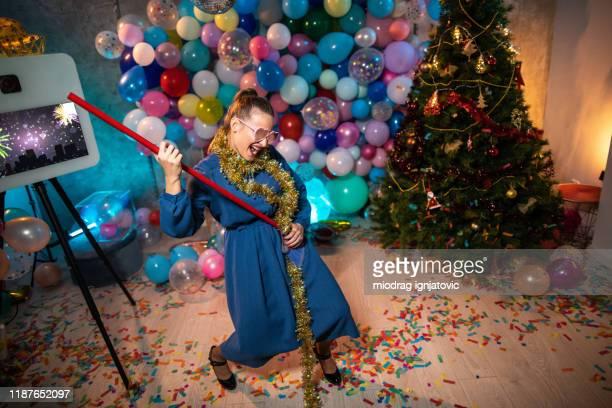 mujer divertida que se divierte mientras limpia después de la fiesta - cleaning after party fotografías e imágenes de stock