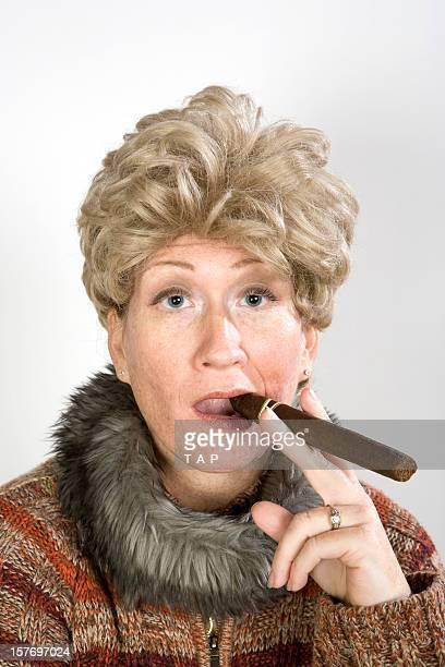 Lustige Frau mit Zigarre