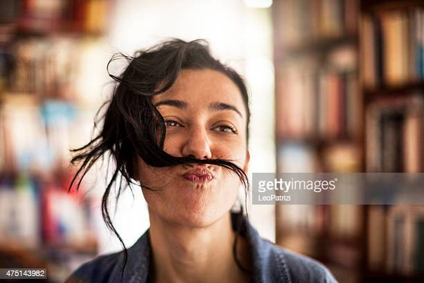 Lustige Frau mit Schnurrbart