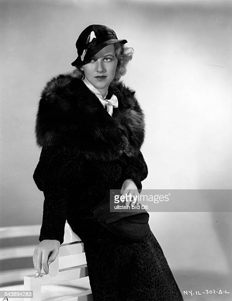 Furness, Betty - Actress, Consumer advocate, USA *03.01..1994+ - half length portrait, with fur coat and hat - 1934- Photographer: Underwood &...