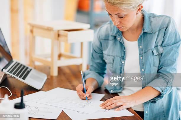 Möbel-Designer bei der Arbeit In Ihrem Workshop.