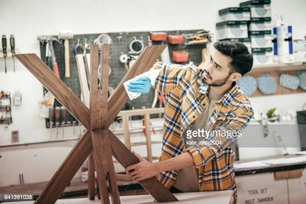 Möbeldesigner bei der Arbeit