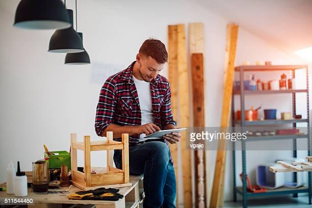 Möbel-Designer mit Digitaltablett In der Möbel-Workshop.