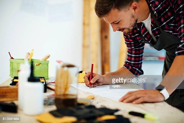 Mobilier créateur de mode travaillant dans le bureau