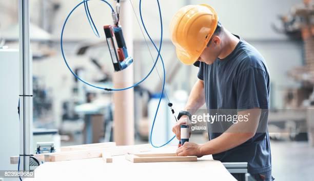 möbel fabrikarbeiter. - halle gebäude stock-fotos und bilder