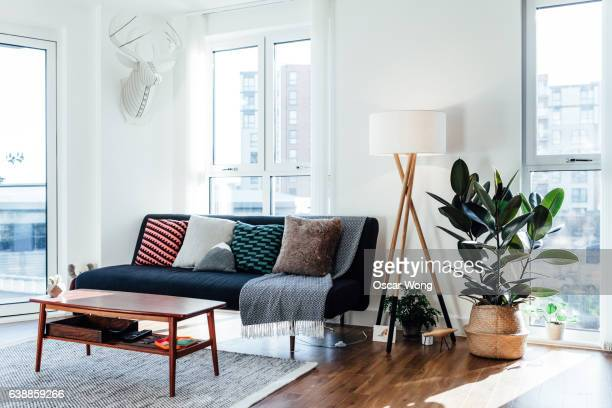 furniture in white living room - sober leven stockfoto's en -beelden