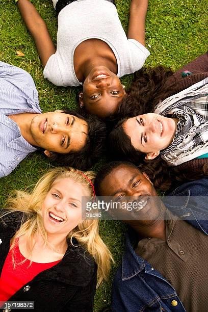 Vielfältige Gruppe von teenage Freunde mit hellen, entspannten Lächeln