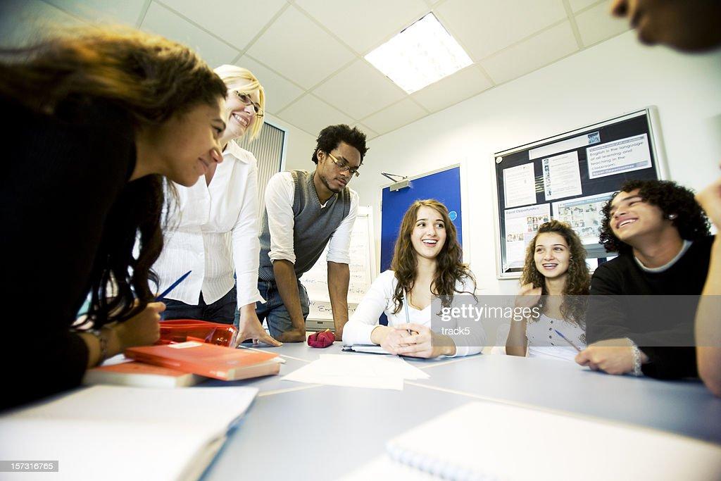 Adolescente alunos: Grupo diversificado de classe com professor supervisão de projeto : Foto de stock