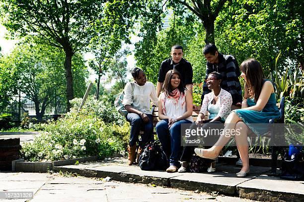 teenage Studenten: Große Schule Freunden entspannen Sie sich zwischen Kurse