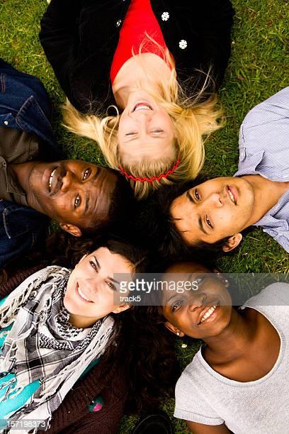 Gruppe von verschiedenen teenage Freunde, die sich mit einem zuversichtlich Lächeln