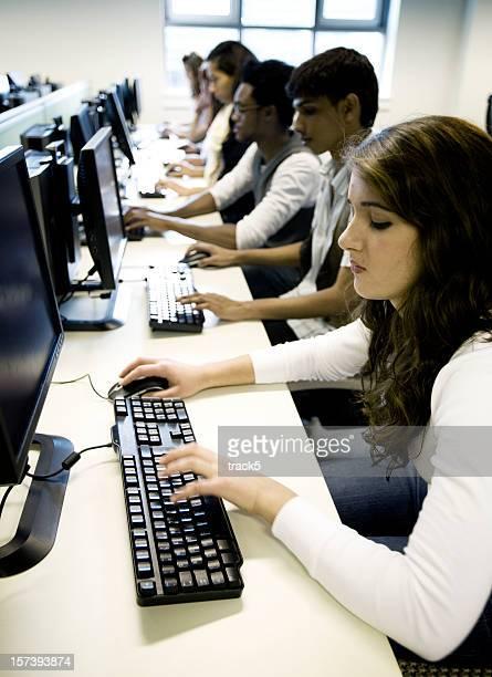 diversi studenti adolescenti con schiettezza, al lavoro nel suo laboratorio informatico - l'uomo e la macchina foto e immagini stock