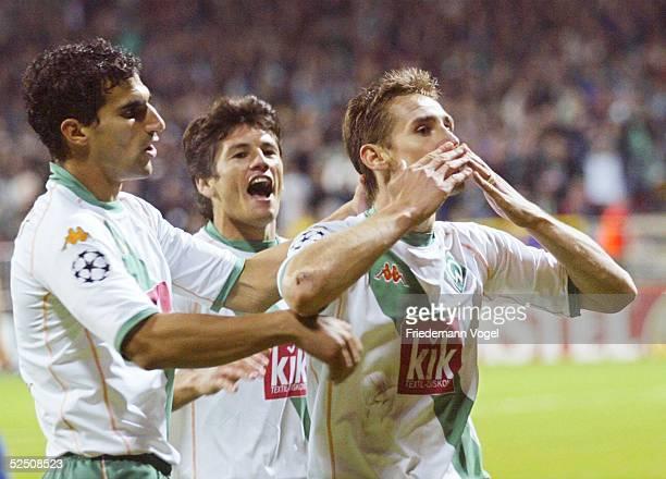 Fusball: Champions League 04/05, Bremen; SV Werder Bremen - FC Valencia; Paul STALTERI, Nelson VALDEZ, Torschuetze Miroslav KLOSE jubeln nach dem Tor...