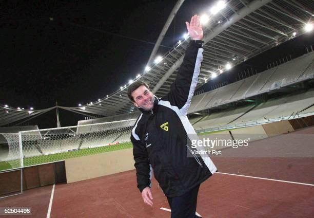 Fusball: UEFA Pokal 04/05, Athen; AEK Athen - Alemannia Aachen 0:2; Trainer Dieter HECKING / Aachen bedankt sich nach dem Spielende bei den Fans...