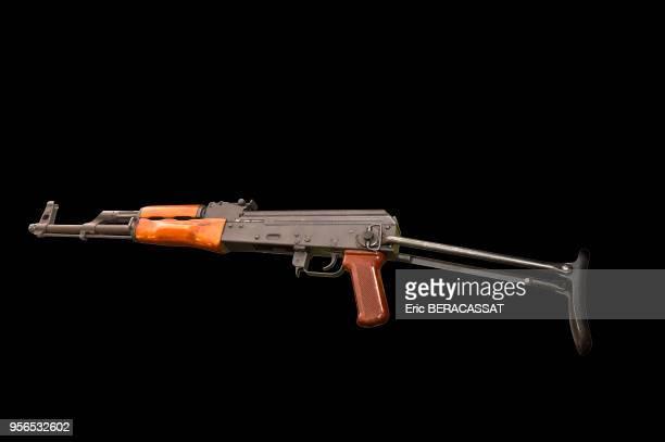 Fusil d'assaut Kalachnikov AKMS47 le 8 décembre 2015 dans les locaux de la DCPJ à Nanterre France L'AKM est la version en tôle emboutie de l'AK47...