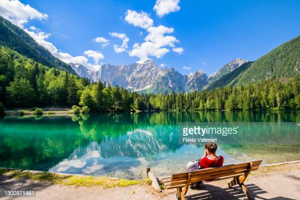 fusine lakes (tarvisio, friuli-venezia giulia, italie) - juin photos et images de collection