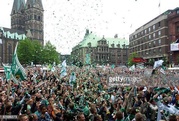 Fussball 1 Bundesliga 03/04 Bremen Bremer Fans Jubel der Fans im Bremen nach dem 1 Tor 080504