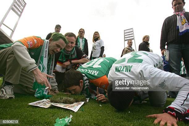 Fussball: 1. Bundesliga 03/04, Bremen; SV Werder Bremen - Bayer 04 Leverkusen; Deutscher Meister 2004 SV Werder Bremen; Bremer Fans duerfen nach...