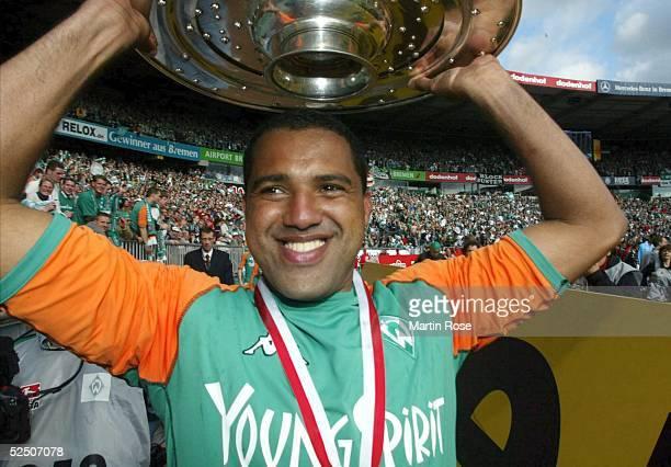 Fussball: 1. Bundesliga 03/04, Bremen; SV Werder Bremen - Bayer 04 Leverkusen; Deutscher Meister 2004 SV Werder Bremen; AILTON /Bremen mit...