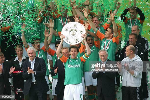 Fussball 1 Bundesliga 03/04 Bremen SV Werder Bremen Bayer 04 Leverkusen Deutscher Meister 2004 SV Werder Bremen Frank BAUMANN / Bremen mit der...