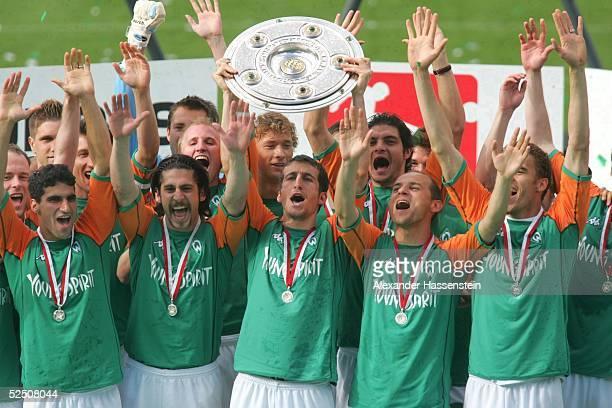 Fussball 1 Bundesliga 03/04 Bremen SV Werder Bremen Bayer 04 Leverkusen Deutscher Meister 2004 SV Werder Bremen Johan MICOUD / Breme mit der...