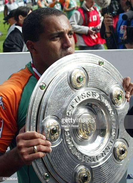 Fussball 1 Bundesliga 03/04 Bremen SV Werder Bremen Bayer 04 Leverkusen Deutscher Meister 2004 SV Werder Bremen AILTON / Bremen kuesst die...