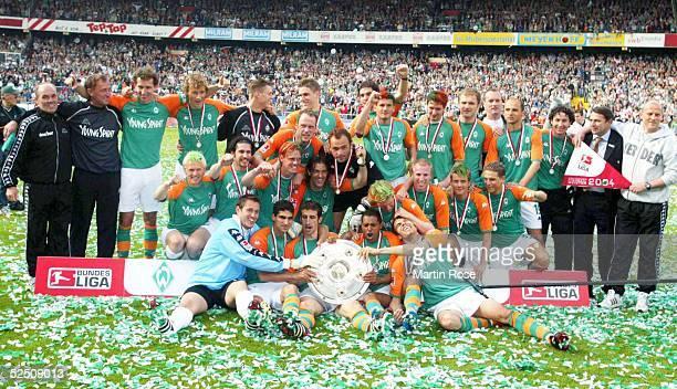 Fussball 1 Bundesliga 03/04 Bremen SV Werder Bremen Bayer 04 Leverkusen Deutscher Meister 2004 SV Werder Bremen Tesm Bremen mit der Meisterschale...