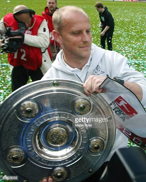 Fussball 1 Bundesliga 03/04 Bremen SV Werder Bremen Bayer 04 Leverkusen Deutscher Meister 2004 SV Werder Bremen Thomas SCHAAF / Bremen mit der...
