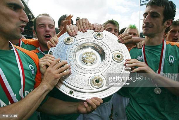 Fussball 1 Bundesliga 03/04 Bremen SV Werder Bremen Bayer 04 Leverkusen Deutscher Meister 2004 SV Werder Bremen STALTERI Fabian ERNST und Johan...