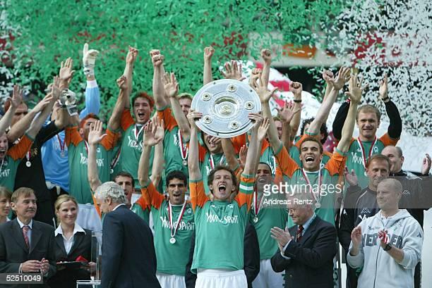 Fussball 1 Bundesliga 03/04 Bremen SV Werder Bremen Bayer 04 Leverkusen Deutscher Meister 2004 SV Werder Bremen Team Bremen mit de Meisterschale...