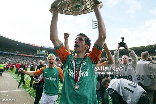 Fussball: 1. Bundesliga 03/04, Bremen; SV Werder Bremen - Bayer 04 Leverkusen; Deutscher Meister 2004 SV Werder Bremen; Johan MICOUD mit der...
