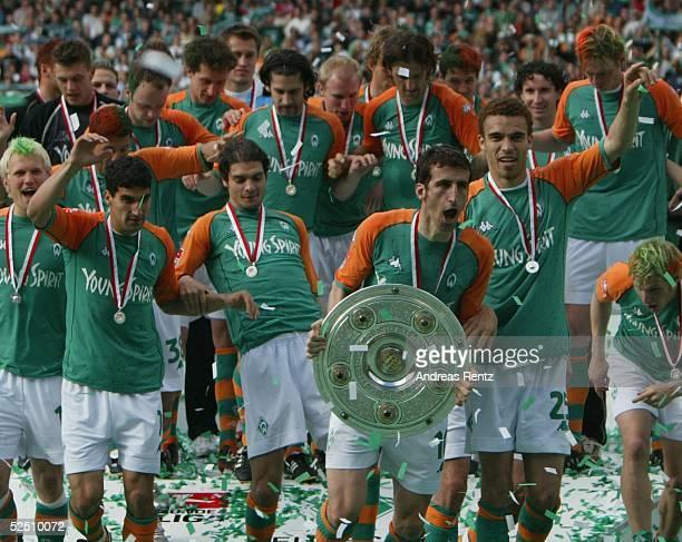 Fussball: 1. Bundesliga 03/04, Bremen; SV Werder Bremen - Bayer 04 Leverkusen; Deutscher Meister 2004 SV Werder Bremen; Johan MICOUD / Bremen mit der...