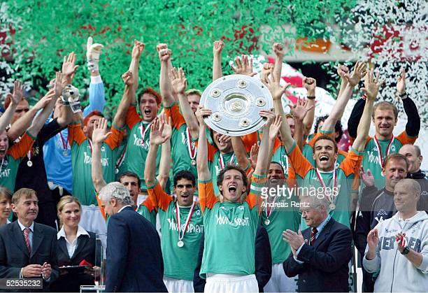 Fussball: 1. Bundesliga 03/04, Bremen; SV Werder Bremen - Bayer 04 Leverkusen; Deutscher Meister 2004 SV Werder Bremen; Team Bremen mit de...