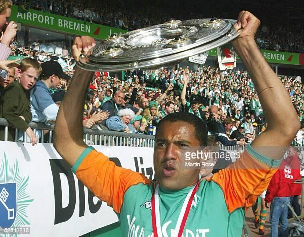 Fussball 1 Bundesliga 03/04 Bremen SV Werder Bremen Bayer 04 Leverkusen Deutscher Meister 2004 SV Werder Bremen AILTON / Bremen mit der Meisterschale...