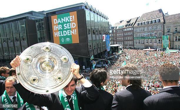 Fussball 1 Bundesliga 03/04 Bremen SV Werder Bremen Deutscher Meister 2004 / Meisterfeier Angelos CHARISTEAS / Bremen mit der Meisterschale auf dem...