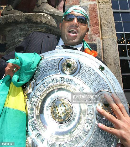 Fussball 1 Bundesliga 03/04 Bremen SV Werder Bremen Deutscher Meister 2004 / Meisterfeier AILTON / Bremen mit der Meisterschale 160504
