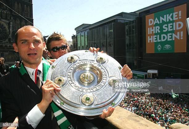 Fussball 1 Bundesliga 03/04 Bremen SV Werder Bremen Deutscher Meister 2004 / Meisterfeier Victor SKRIPNIK / Bremen mit der Meisterschale auf dem...