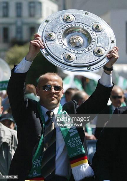 Fussball: 1. Bundesliga 03/04, Bremen; SV Werder Bremen Deutscher Meister 2004 / Meisterfeier; Trainer Thomas SCHAAF 16.05.04.