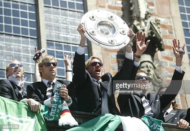 Fussball 1 Bundesliga 03/04 Bremen SV Werder Bremen Deutscher Meister 2004 / Meisterfeier Ludovic MAGNIN Markus DAUN Tim BOROWSKI Valerien ISMAEL...