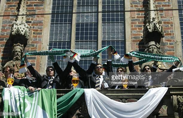 Fussball 1 Bundesliga 03/04 Bremen SV Werder Bremen Deutscher Meister 2004 / Meisterfeier Die Manschaft auf dem Rathausbalkon 160504