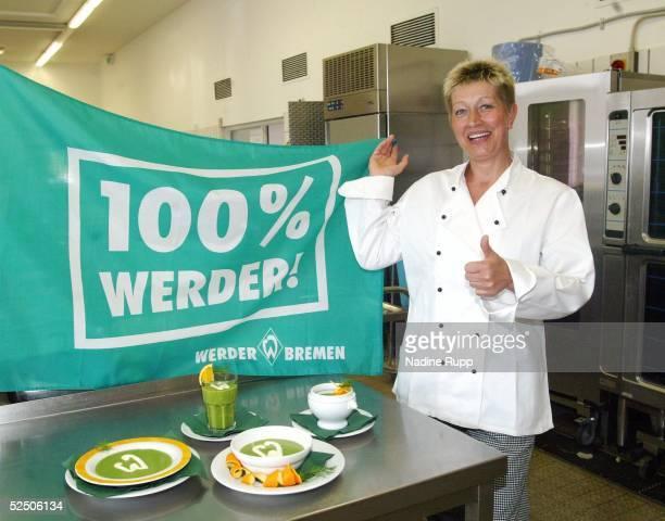 Fussball 1 Bundesliga 03/04 Bremen SV Werder Bremen Fan Feature Frau Marita BAAD kreierte diese Werder Power Suppe 220404