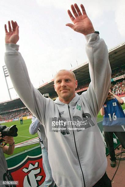 Fussball: 1. Bundesliga 03/04, Bremen; SV Werder Bremen - Hamburger SV 6:0; Thomas SCHAAF / Trainer Bremen, laesst sich nach dem Spiel von den Bremer...
