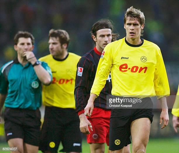 Fussball 1 Bundesliga 03/04 Dortmund Borussia Dortmund Eintracht Frankfurt 20 Schiedsrichter Hermann ALBRECHT auf dem Weg Sebastian KEHL / Dortmund...