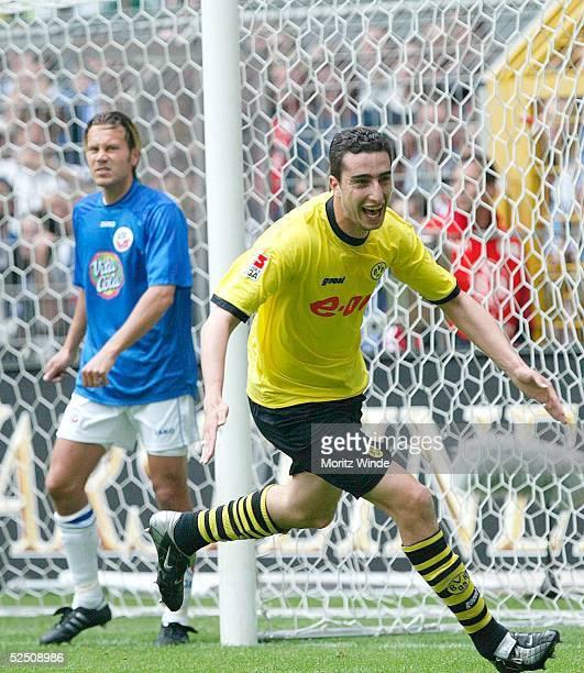 Fussball 1 Bundesliga 03/04 Dortmund Borussia Dortmund FC Hansa Rostock Ahmed MADOUNI / Dortmund bejubelt sein 10 Joakim PERSSON / Rostock ist...