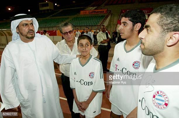Fussball 1 Bundesliga 03/04 Dubai FC Bayern Muenchen / Trainingslager Sheik Rakadh Bin Salem Bin Rakadh Al Ameri mit seinen Soehne 140104