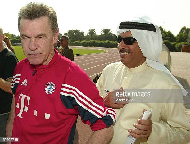 Fussball 1 Bundesliga 03/04 Dubai FC Bayern Muenchen / Trainingslager Trainer Ottmar HITZFELD / Bayern im Geschpraech mit Journalisten 100104