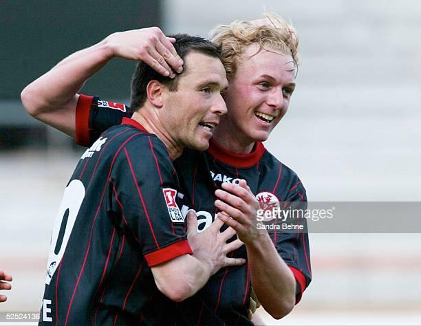 Fussball: 1. Bundesliga 03/04, Frankfurt; Eintracht Frankfurt - SC Freiburg; Jubel zum 3:0 durch Markus BEIERLE zusammen mit Christoph PREUSS / beide...
